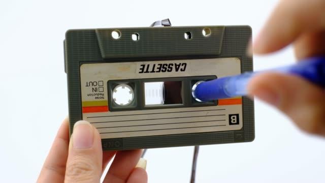 kvinnor spola tillbaka ett kassett band kompakt vintage på vit bakgrund - sentimentalitet bildbanksvideor och videomaterial från bakom kulisserna