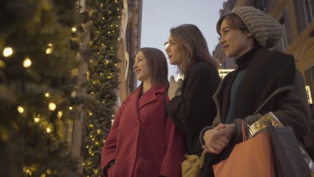 Frauen Einkaufen während der Weihnachtszeit in Rom, Italien – Video