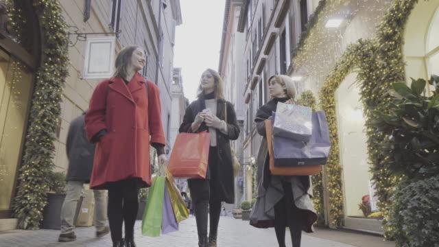 vídeos de stock e filmes b-roll de women shopping during christmas in rome, italy - black friday