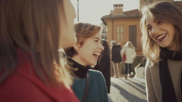 stockvideo's en b-roll-footage met vrouwen winkelen tijdens handelsbemiddeling in spaanse trappen in rome - black friday shop
