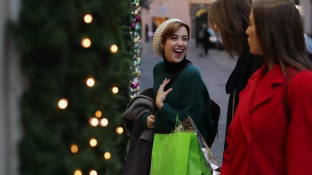 Frauen einkaufen während der Winterschlussverkauf in Rom, Italien – Video