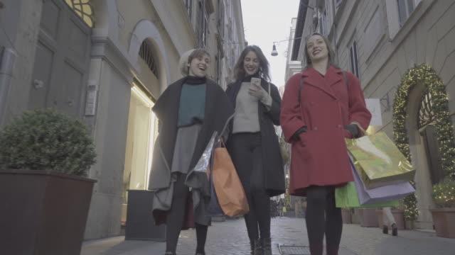 vídeos de stock e filmes b-roll de women shopping during winter sales in rome, italy - black friday