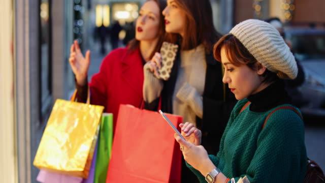 stockvideo's en b-roll-footage met vrouwen winkelen tijdens winter verkoop in rome, italië - black friday shop