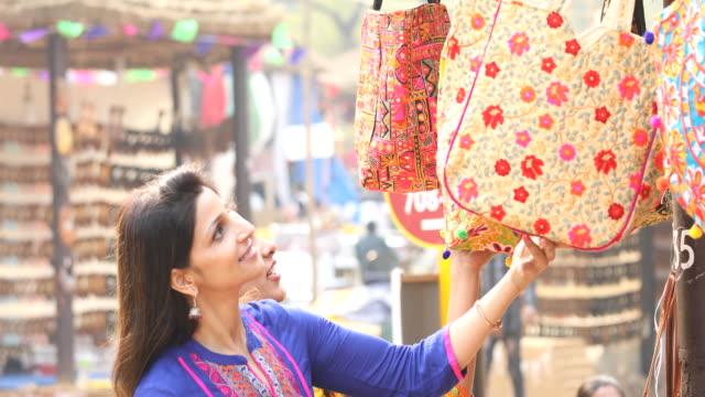 piyasada çanta için alışveriş kadınlar - hindistan stok videoları ve detay görüntü çekimi
