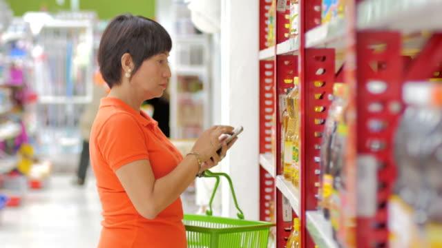 女性のショッピングのスーパーマーケット - 医療用スキャン点の映像素材/bロール