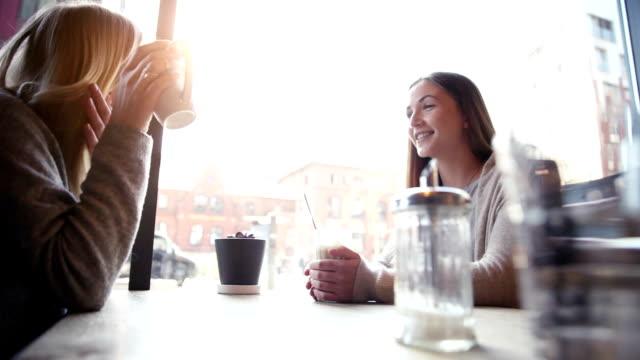 カフェに座っている女性 - カフェ文化点の映像素材/bロール