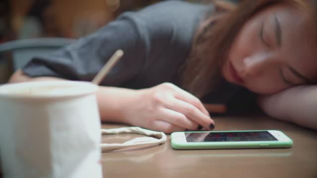 デスクで寝ている女性 - 怠惰点の映像素材/bロール