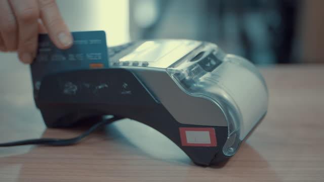 kvinnor swiping ett kreditkort, slow motion - spendera pengar bildbanksvideor och videomaterial från bakom kulisserna