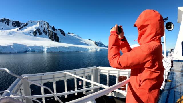 women take pictures on an antarctic ship - antarktyda filmów i materiałów b-roll