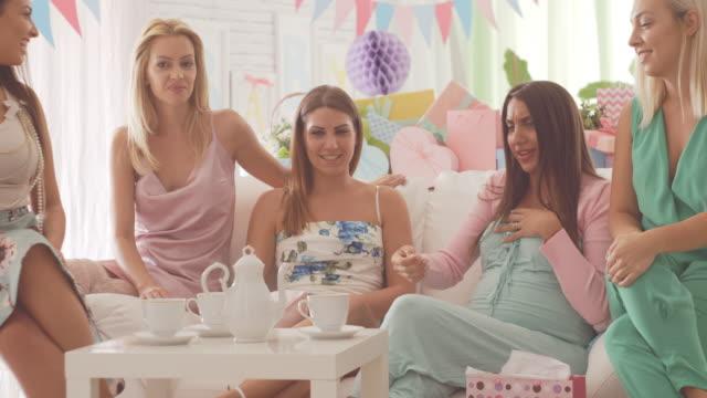 vídeos y material grabado en eventos de stock de mujeres que hablan con la ducha de bebé - baby shower