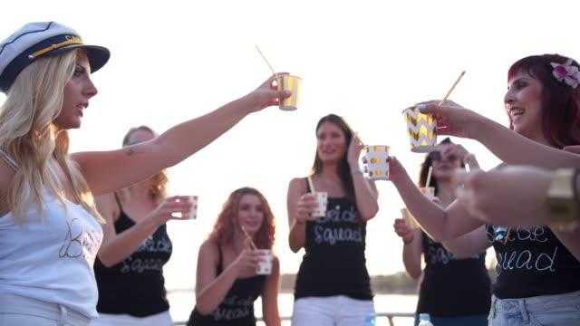 Mulheres que brindar em uma festa de despedida de solteira - vídeo