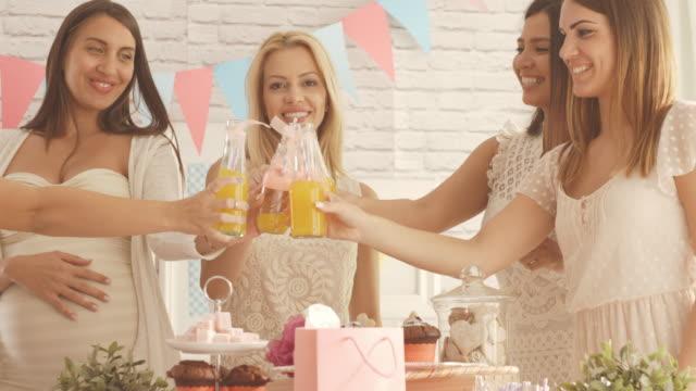 Las mujeres brindando con bebidas bebé ducha partido - vídeo