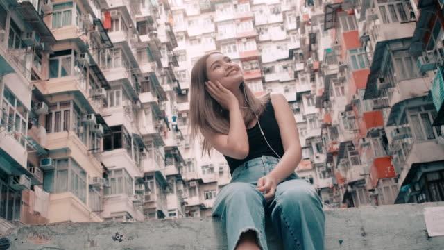stockvideo's en b-roll-footage met vrouwen, toeristen zijn goed in reizen. - raam bezoek
