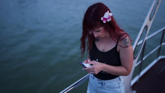 Mulheres usando telefone celular - vídeo
