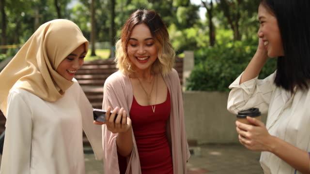 kvinnor som använder telefoner efter shopping - hijab bildbanksvideor och videomaterial från bakom kulisserna