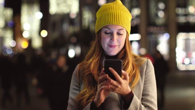 frauen gehen und sms in wien - einzelne frau über 30 stock-videos und b-roll-filmmaterial