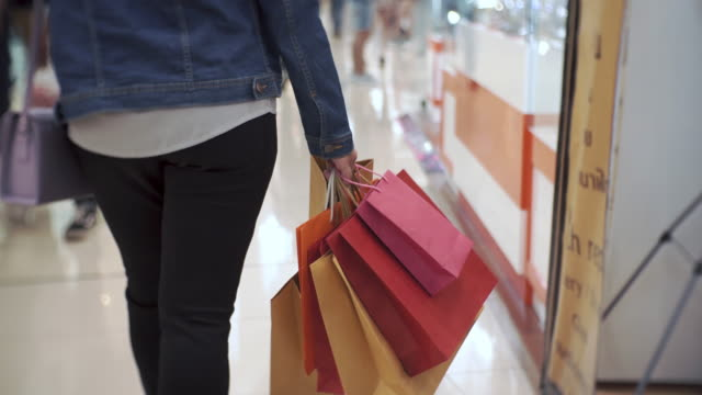 women walking in shopping mall, sale, consumerism: - borsa della spesa video stock e b–roll