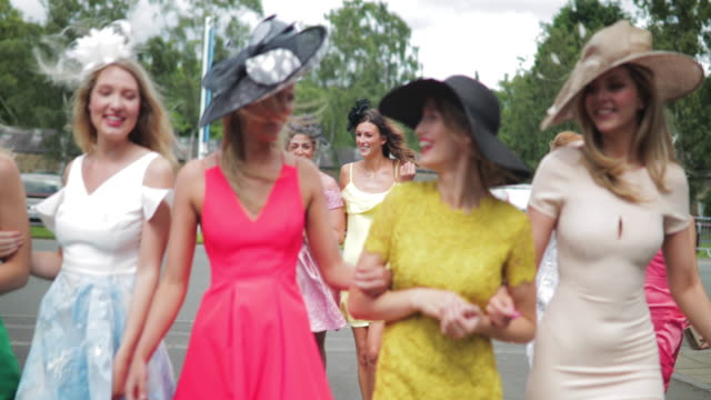 yarış pisti için yürüyen kadınlar - horse racing stok videoları ve detay görüntü çekimi
