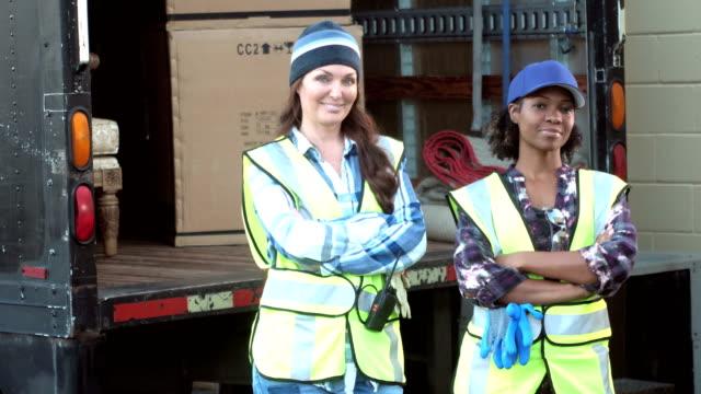 Mujeres con un camión de entrega de cajas - vídeo