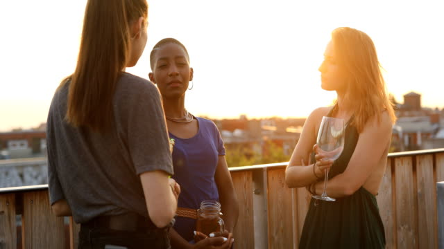 vídeos de stock, filmes e b-roll de mulheres com bebidas, falando em construir terraço - reunião encontro social