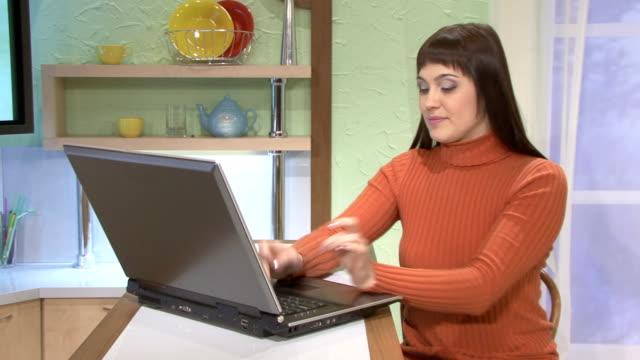 vídeos de stock e filmes b-roll de mulheres com o computador portátil - coffee table