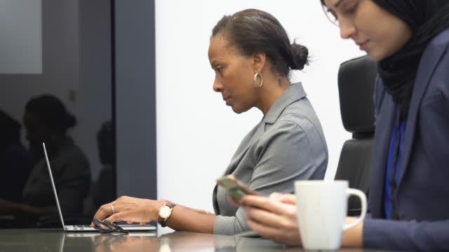 stockvideo's en b-roll-footage met vrouwen werken in office - collega