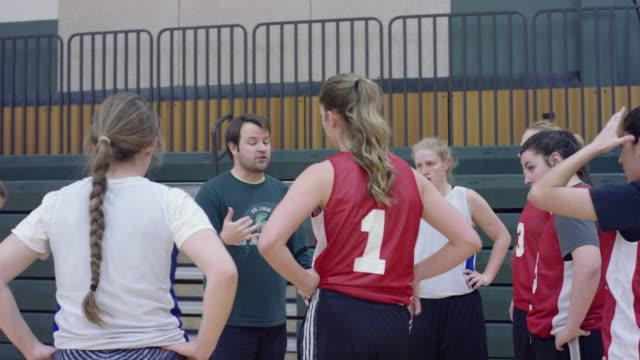 vidéos et rushes de de basket-ball équipe caucus féminin autour de l'entraîneur - 18 19 ans