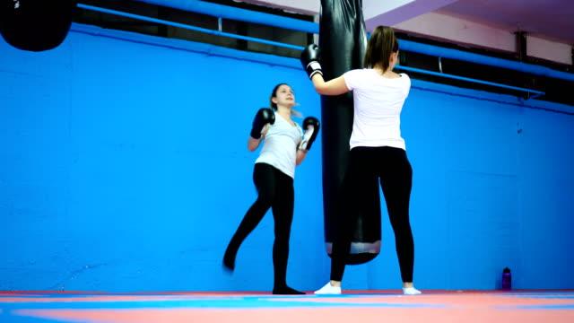 vídeos de stock e filmes b-roll de women's boxing training - boxe tailandês