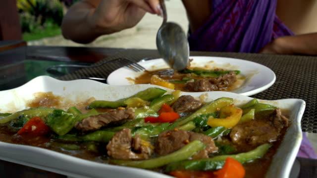 vídeos y material grabado en eventos de stock de manos de las mujeres imponen comida en un recipiente - letra s