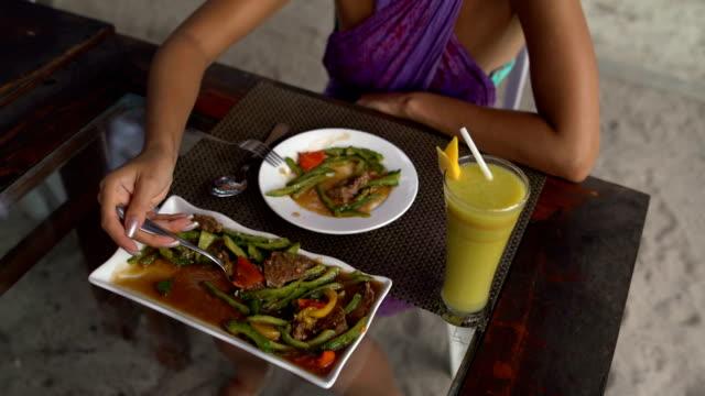 vídeos y material grabado en eventos de stock de manos de las mujeres a un plato de carne con verduras - letra s