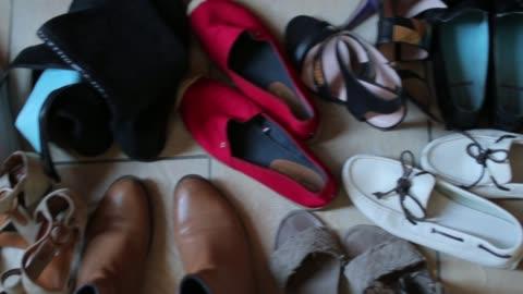 vidéos et rushes de chaussures femme sont placés sur le plancher, gros plan - chaussures