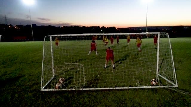 kadın futbol takımı - ergen kızlar stok videoları ve detay görüntü çekimi