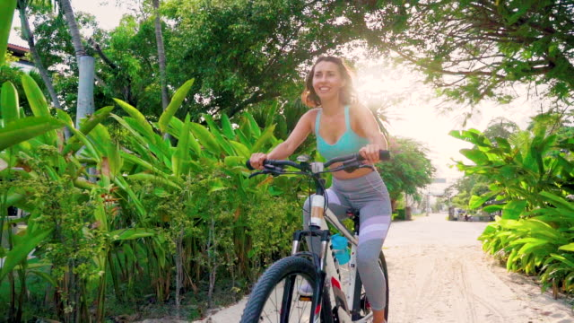 wonan 乗馬自転車ビーチにスローモーションで - サムイ島点の映像素材/bロール