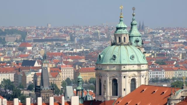赤い屋根とドーム教会のプラハ市に素晴らしいシティー ビュー - チェコ共和国点の映像素材/bロール