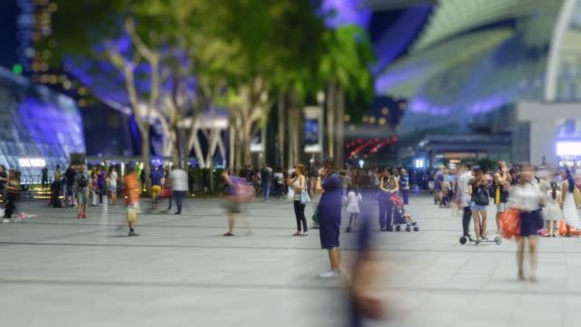 wonderlust - 市内観光: 4 k - 時間の経過: スタイルの way.zoom の上を歩く群衆のグループ。 - 展示点の映像素材/bロール