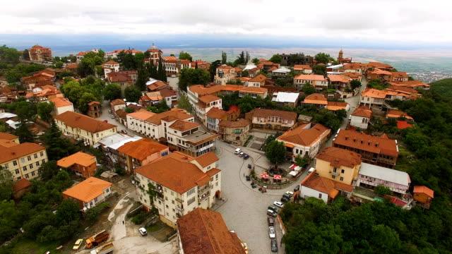 stockvideo's en b-roll-footage met wonderlijke luchtfoto van sighnagi vierkante uitkijkend over beroemde alazani hoofddal - duurzaam toerisme