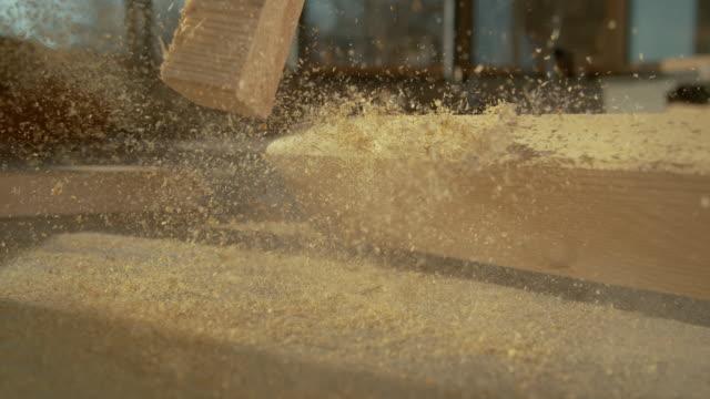 vídeos y material grabado en eventos de stock de close up viga de madera cubierta de aserrín cae en el suelo en un sitio de construcción - impacto