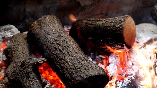 holz brennende feuer - dekorative kunst stock-videos und b-roll-filmmaterial