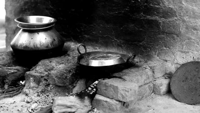 Stufa utilizzando biomassa energia nell'India rurale - video
