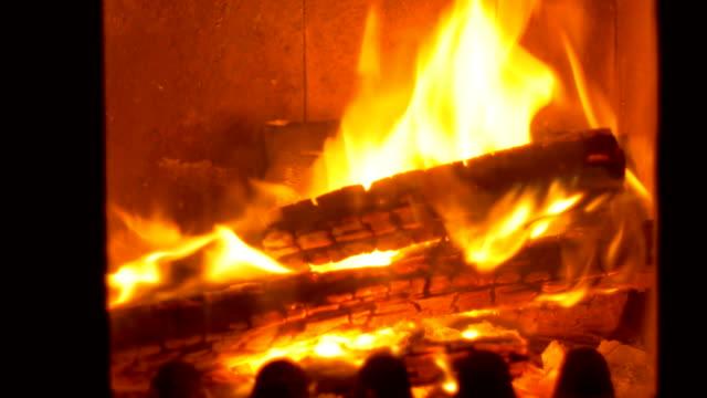 vídeos de stock e filmes b-roll de wood burning with flames - burned oven