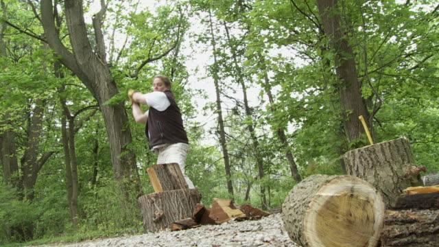 wood chop 24_07s - endast en medelålders man bildbanksvideor och videomaterial från bakom kulisserna