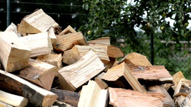 wood chopping hd real time dolly shot - şömine odunu stok videoları ve detay görüntü çekimi