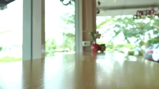 vídeos de stock e filmes b-roll de barra de contador de madeira vazio apresentação de prateleira do produto de fundo - coffee table
