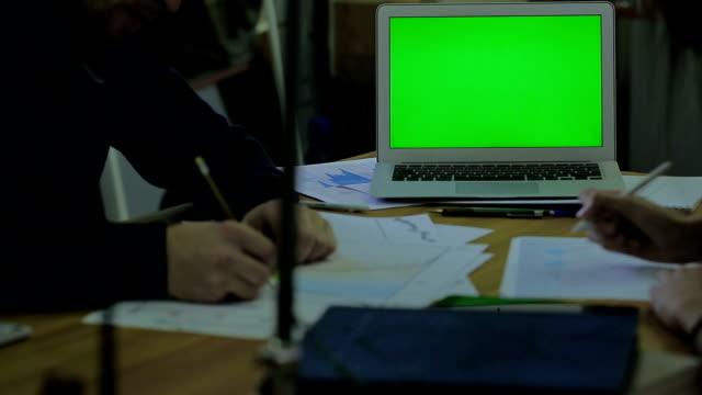 vídeos de stock e filmes b-roll de madeira mesa e fino portátil com o painel para simulação, trabalhar homens e mulheres com calendário entradas financeiras e fazer uma marca - fundo oficina