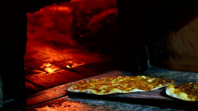 drewna ogień w piecu i turecki lahmacun - chleb pita filmów i materiałów b-roll