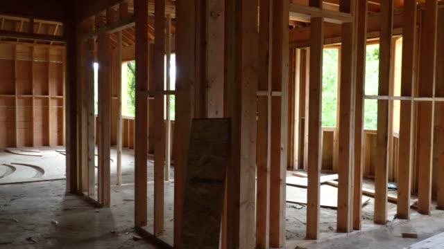 vídeos y material grabado en eventos de stock de estructuras de madera en construcción con estructuras de madera paredes y vigas de techo o el piso en un edificio de construcción nueva - imperfección