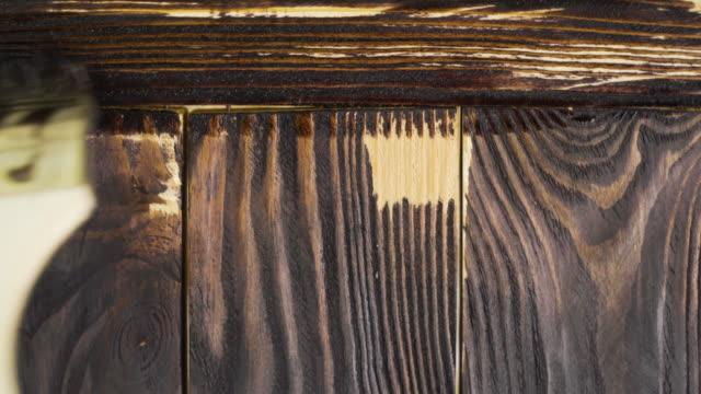 黒い色のブラシで木製の絵画 - デッキ点の映像素材/bロール