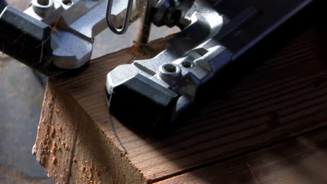 hd-holz processing machine - sägemehl stock-videos und b-roll-filmmaterial