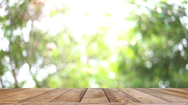 trä hylla bord och bokeh ljus bakgrund produkt display - trä bildbanksvideor och videomaterial från bakom kulisserna