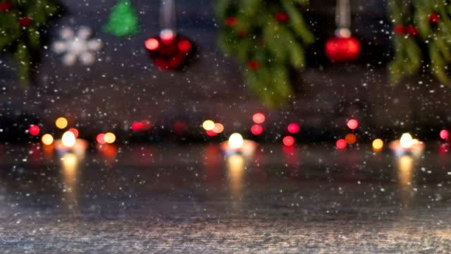 vídeos y material grabado en eventos de stock de mesa madera en 4k con bokeh luz decorativo parpadeante en árbol de navidad en la noche en el fondo - loopable - christmas background